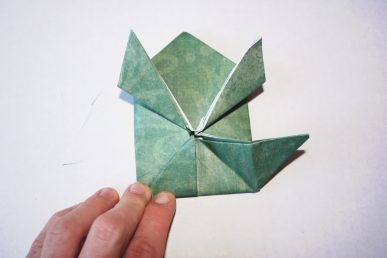 Make a giant jumping frog with oragami