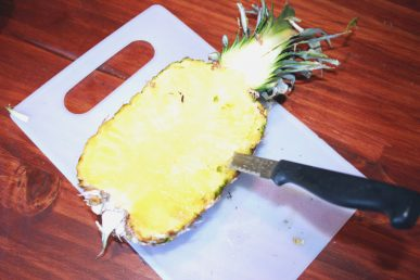 Cutting to hollow out the pineapple